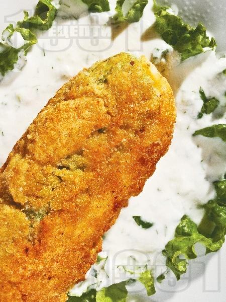 Пълнена пържена тиквичка със сирене и кашкавал панирана в брашно, яйце и галета - снимка на рецептата